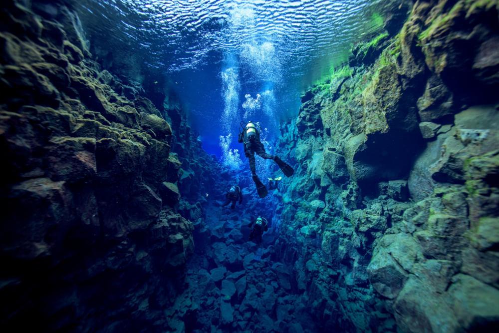 Plonger dans les eaux translucides de la faille de Silfra en Islande